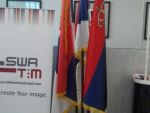 reklamni-materijal-swa-tim-drveno-koplje-za-zastave-sa-ukrasnim-vrhom-kabinetska-postolja-za-zastave-IMG-2253