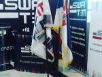 reklamni-materijal-swa-tim-drveno-koplje-za-zastave-sa-ukrasnim-vrhom-kabinetska-postolja-za-zastave-IMG-2380
